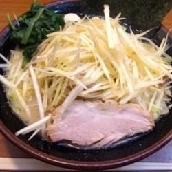 画像は「大盛り」+100円、麺堅め。 キレイに盛ってありトッピ…