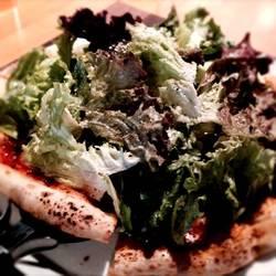 パリパリピザ生地に、シャキシャキ野菜がとっても合います。