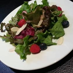 ランチのサラダ ラズベリーとブルーベリーが自然の果物の甘さで…