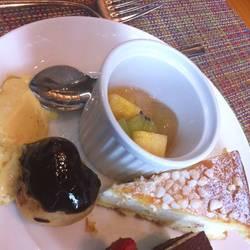 前菜、デザートはビュッフェ。パスタはチョイスでテーブルまで…