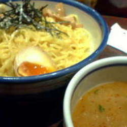 太めでもちもちのちぢれ麺に濃厚なとんこつスープをつけてたべ…