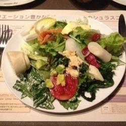 スモークサーモンなどのたんぱく質も充実。野菜の種類が豊富な…