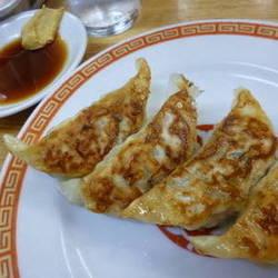 亀戸餃子は小ぶりの餃子で、家庭的な味。 皮も普通の厚さで羽…