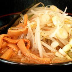 チャッチャ系の脂と甘味のあるスープ、野菜、超極太麺のコラボ…