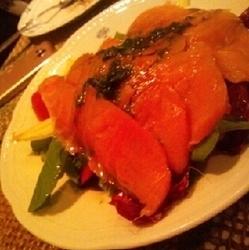 サーモンの下には、トマトなどの野菜がたっぷり入っていてドレ…