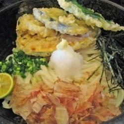 うどん&だしも最高に美味しいのですが、こちらの天ぷらはアツ…