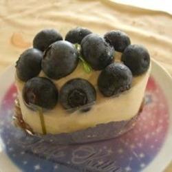 ヨーグルトムースに鮮やかなブルーベリーがのっています。 白…