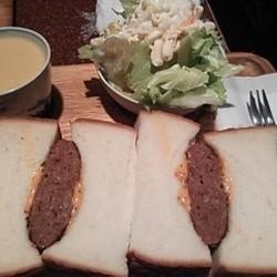 コンビーフに近い味のハンバーグでしたが、とても美味しかった…