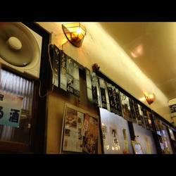 昭和の雰囲気が漂うすごく懐かしい感じがする店内です。