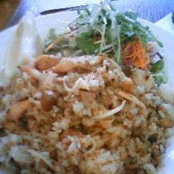 ゴロッとした鶏肉やミンチなどが入った、男性的な「炒めご飯」…
