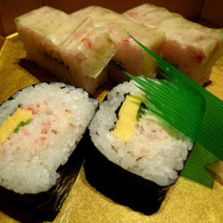 押し寿司と巻き寿司です。当たり前ですがどちらもかに身が入っ…