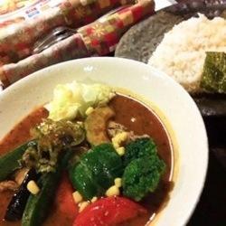 夏の季節限定の野菜のスープカレーを頂きました。 ややトロミ…