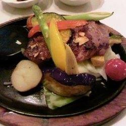 あつあつのジューシーなステーキとたっぷりの温野菜。ヘルシー…