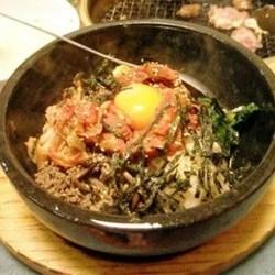 熱々に熱した石焼でオコゲが上出来で、キムチとソースが美味し…
