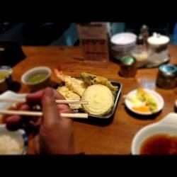サンマ一尾、アジ、海老2尾、季節の野菜の天ぷらとボリューム…