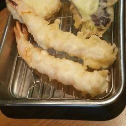 プリプリノ海老が二匹と 小さめのサンマが丸々一匹と鯵の天ぷ…