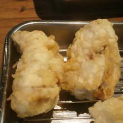追加で一個100円で揚げたての牡蠣の天ぷらが食べられます。